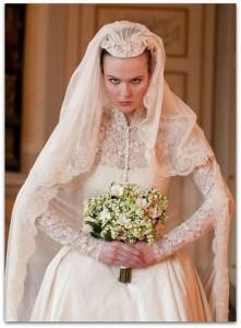 Abito da sposa e bouquet invernali: modello Grace.