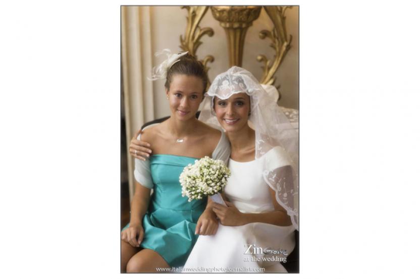 Sara e Benedetta. La sposa indossa abito mod. Benedetta con velo di famiglia