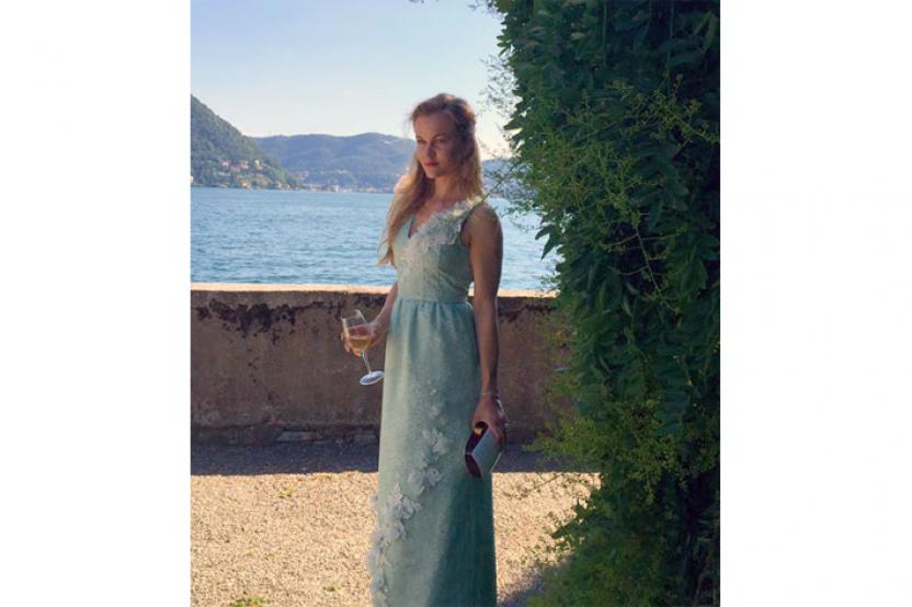Tatiana in abito esclusivo
